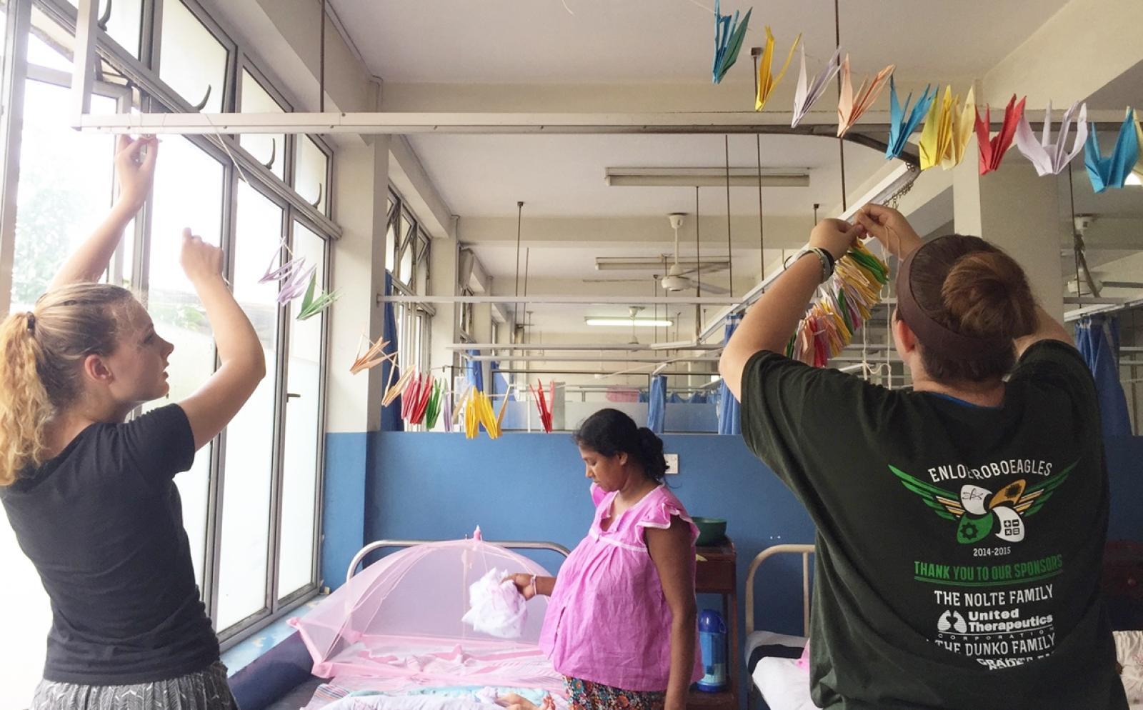 スリランカで妊婦のために病室を整える助産師インターンたち